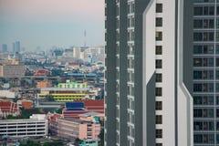 与好的花岗岩门面的昂贵的公寓房塔是其中一个最新的高层和最高价的新建工程大厦在城市 库存照片