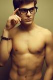 与好的身体佩带的eyewear的英俊的肌肉男性模型 库存图片