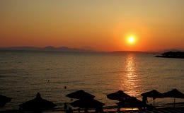 与好的颜色的日落在海滩 免版税库存照片