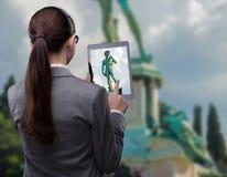与妇女和片剂的虚拟现实旅行概念 库存照片