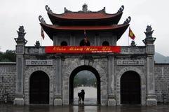 与妇女的佛教寺庙曲拱自行车的 免版税库存图片