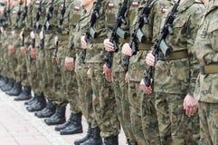 与妇女的波兰军队队伍 图库摄影