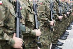 与妇女的波兰军队队伍 免版税库存照片
