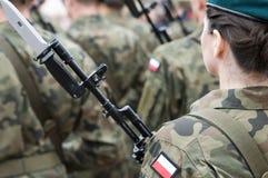 与妇女的波兰军队队伍 免版税图库摄影