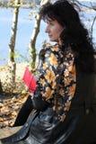 与妇女的秋天场面 免版税库存图片