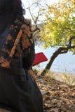 与妇女的秋天场面 图库摄影