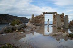 与妇女的被放弃的废墟在Firopotamos海湾的门道入口的在Mi 库存图片