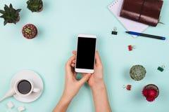 与妇女` s的企业flatlay安排递拿着有黑copyspace和其他固定式和办公室accessori的智能手机 图库摄影