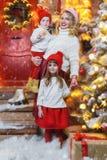 与妈妈的快乐的孩子 免版税图库摄影