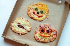 与妖怪的万圣夜薄饼,在与装饰的场面上在工艺纸箱背景,家庭党食物的想法 免版税库存照片