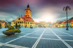 与委员会正方形的著名市中心在布拉索夫,特兰西瓦尼亚,罗马尼亚 库存照片