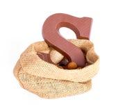 与姜坚果和巧克力的黄麻袋子;在Sinterklaas事件的荷兰传统 免版税库存照片
