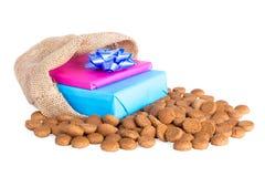 与姜坚果和礼物,在Sinterklaas事件的荷兰传统的黄麻袋子 图库摄影
