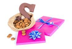 与姜坚果和礼物,在Sinterklaas事件的荷兰传统的黄麻袋子 免版税库存图片