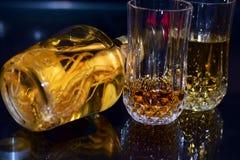 与姜根酒瓶的威士忌酒玻璃 库存图片