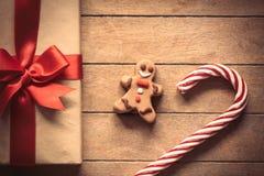 与姜饼人和圣诞节礼物盒的棒棒糖 免版税库存图片