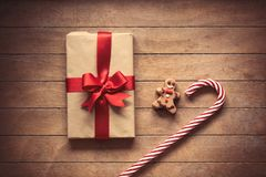与姜饼人和圣诞节礼物盒的棒棒糖 免版税库存照片