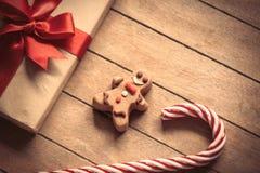 与姜饼人和圣诞节礼物盒的棒棒糖 免版税图库摄影