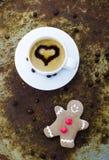 与姜饼人的圣诞节咖啡 库存图片