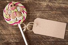 与姜饼人的圣诞节棒棒糖 免版税库存照片