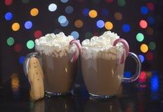 与姜饼人的热巧克力 库存图片