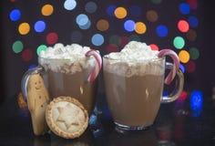 与姜饼人的热巧克力 图库摄影
