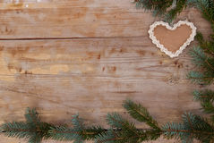 与姜饼心脏的自然圣诞节 免版税库存图片