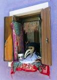 与威尼斯式狂欢节辅助部件的窗口 库存图片