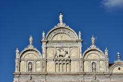 与威尼斯的Scuola Grande di圣Marco美丽的新生门面飞过了狮子 免版税图库摄影