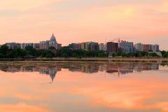 与威斯康辛建立d的状态国会大厦的麦迪逊街市地平线 免版税图库摄影