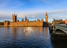 与威斯敏斯特宫大本钟和Westmins的伦敦都市风景 库存照片