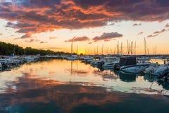 与威胁的云彩和红色太阳的美好的日出 免版税库存图片