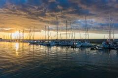 与威胁的云彩和红色太阳的美好的日出 免版税库存照片