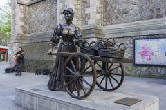 与娘娘腔的男人玛隆雕象的都伯林街市街道视图 免版税库存图片