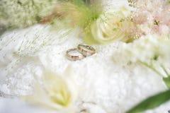 与婚戒的装饰 免版税库存图片