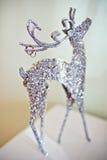 与婚戒的银色鹿在垫铁 免版税库存图片
