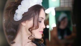 与婚礼发型和专业构成的有吸引力的深色的模型 影视素材