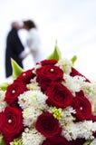 与婚礼夫妇的婚礼花束 免版税库存照片
