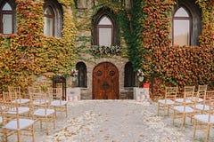 与婚礼的浪漫castlestyle入口为围场和花卉装饰服务 免版税库存图片
