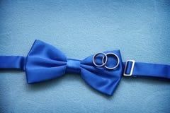 与婚礼的蓝色蝶形领结 免版税库存照片