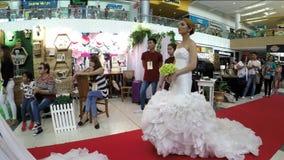 与婚礼礼服的模型排队隆重在新娘市场 股票录像