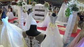 与婚礼礼服的模型排队隆重在新娘市场 股票视频