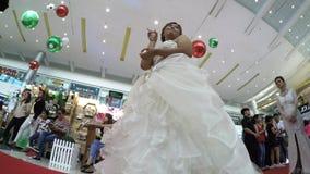 与婚礼礼服的模型排队隆重在新娘市场 影视素材