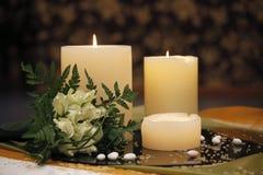 与婚礼花束的两个美好的蜡烛 库存图片
