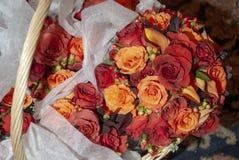 与婚礼花束的篮子 库存照片