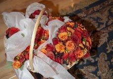 与婚礼花束的篮子 图库摄影
