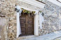 与婚礼装饰的木门 免版税库存照片