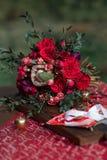 与婚礼装饰的红色婚礼花束 免版税库存图片
