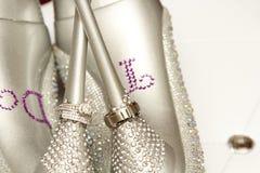 与婚礼鞋子的婚戒 免版税库存图片