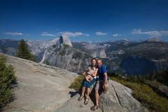 与婴儿参观优胜美地国家公园的家庭在加利福尼亚 库存图片